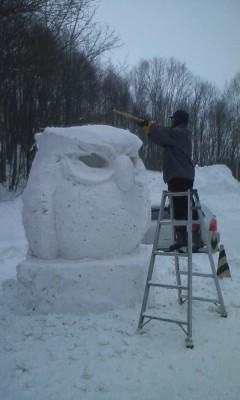 雪像、製作中…。